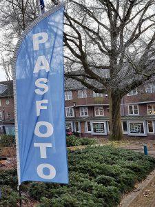 vlag van Pasfoto Laren bij de ingang van Johanneshove